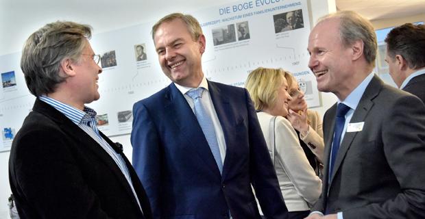 Wolf D. Meier-Scheuven unterhält sich mit Unternehmern aus der Region über die BOGE Smart Factory.